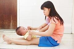 Daugher мамы и младенца Стоковые Изображения