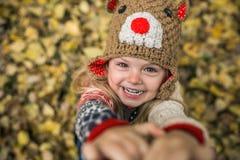Daugher-Lächeln in camera lizenzfreie stockfotos