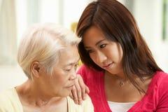 daughter被安慰的不快乐的中国母亲 库存照片