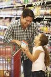 daughter father shopping supermarket Στοκ φωτογραφία με δικαίωμα ελεύθερης χρήσης