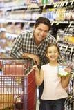 daughter father shopping supermarket Στοκ Εικόνες