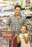 daughter father shopping supermarket Στοκ Εικόνα
