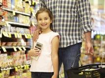 daughter father shopping supermarket Στοκ εικόνα με δικαίωμα ελεύθερης χρήσης
