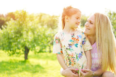 daughter mother outdoors Στοκ Φωτογραφίες