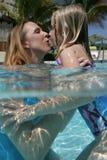 daughter mother pool Στοκ Φωτογραφίες