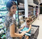 daughter mother shopping supermarket Στοκ Εικόνες