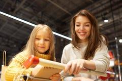 daughter mother shopping supermarket Στοκ Φωτογραφίες