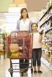 daughter mother shopping supermarket Στοκ φωτογραφία με δικαίωμα ελεύθερης χρήσης