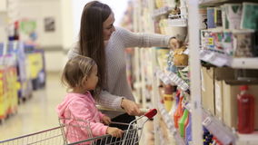 daughter mother shopping supermarket απόθεμα βίντεο