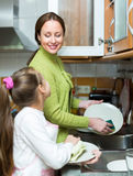 Daughter and mother washing dishes Royalty Free Stock Photos