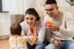Daugter feliz de la familia y del bebé que juega en casa Imagenes de archivo