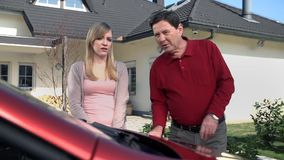 Daugter wyraża niezadowolenie ojciec z samochodem evaulating zbiory wideo