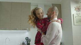 Daugther de risa de giro de amor del padre en casa almacen de metraje de vídeo