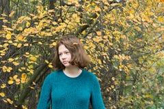 Dauhter在秋天森林里 免版税库存图片