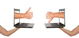 Daumen auf und ab mit Notizbuchschirmen Lizenzfreies Stockfoto