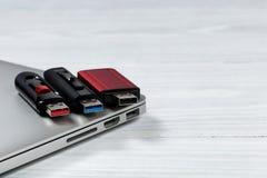 Daumen fährt mit verschiedenen Farben für USB-Geschwindigkeitstechnologien an Stockfoto