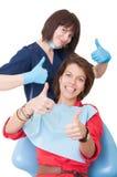 Daumen gebildet vom Zahnarzt und vom Patienten Stockbilder