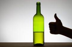 Daumen herauf Zeichen und eine Flasche Wein Stockbild