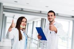 Daumen oben als Motivgeste durch junge medizinische Kollegen Stockbild