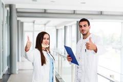 Daumen oben als Motivgeste durch junge medizinische Kollegen Stockfoto