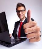 Daumen oben am Büroschreibtisch Lizenzfreie Stockfotos