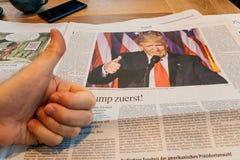 Daumen oben für Donald Trump Lizenzfreie Stockbilder