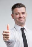 Daumen oben für glücklichen jungen Mann lizenzfreie stockfotos