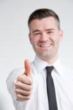 Daumen oben für glücklichen jungen Mann lizenzfreies stockfoto