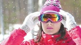 Daumen oben für ein erfolgreiches Skifahren stock footage