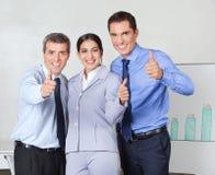 Daumen oben vom erfolgreichen Geschäft Lizenzfreie Stockfotografie