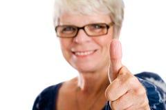Daumen oben von einer fälligen Frau. Lizenzfreie Stockfotografie