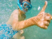 Daumen up snorkeler Stockbilder