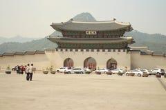 Davanti al palazzo di Gyeongbokgung Immagini Stock Libere da Diritti
