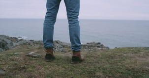 Davanti al turista del primo piano della macchina fotografica che cammina alla riva della montagna ed ammirare il paesaggio della archivi video