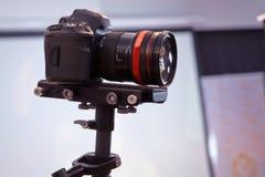 Davanti alla macchina fotografica al flusso continuo in tensione di registrazione del video del vlog a casa Influencer online di  fotografia stock libera da diritti