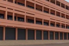 Davanti alla nuova costruzione nella scuola immagini stock libere da diritti