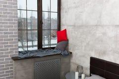 Davanzale con i cuscini e la coperta nella camera da letto Fotografia Stock Libera da Diritti