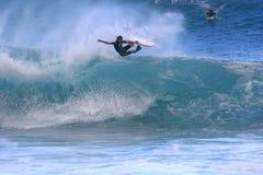 Dave Hubbard fliegt aus einer Welle heraus Stockfotos
