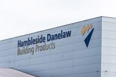 Daventry Великобритания 13-ое марта 2018: Взгляд дня знака логотипа продуктов здания Hambleside Danelaw на стене склада в мартах Стоковые Фото
