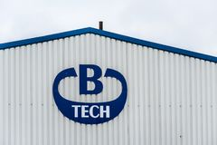 Daventry 13 de março de 2018 BRITÂNICO: Ideia do dia do sinal internacional do logotipo do Ltd da B-tecnologia na parede do armaz Foto de Stock Royalty Free