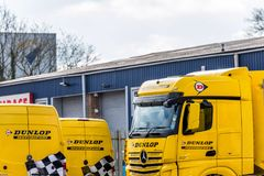 Daventry 13 marzo 2018 BRITANNICO: Il logo del Motorsport di Dunlop sui camion e sui furgoni ha parcheggiato nella zona industria Immagini Stock Libere da Diritti