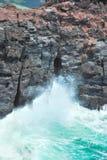 Daverende golven die op klippen bespatten stock afbeelding