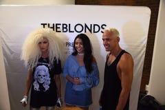 David Blond- und Phillipe Blond-Bühne hinter dem Vorhang vor der Blonds-Modeschau Lizenzfreie Stockbilder