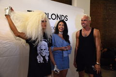 David Blond- und Phillipe Blond-Bühne hinter dem Vorhang vor der Blonds-Modeschau Lizenzfreies Stockfoto