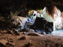 David Cave vaggar in av Ein Gedi nära det döda havet Royaltyfri Foto