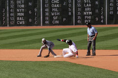 David Ortiz bate a etiqueta no segundo para um dobro em Fenway Park Foto de Stock