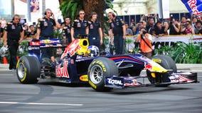David que hace los anillos de espuma en Red Bull que compite con el coche F1 Imágenes de archivo libres de regalías