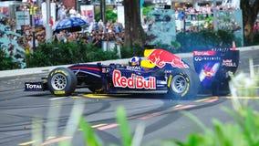 David que hace los anillos de espuma en Red Bull que compite con el coche F1 Foto de archivo