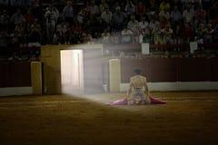 David Valiente som väntar på dig i portagayola dagen av ditt alternativ som en tjurfäktare, Andújar, royaltyfria foton