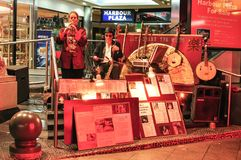 David wei y Eva son dos músicos que realizan la cultura de la música occidental y china en la ciudad de China imagenes de archivo